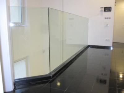 стъклен парапет с алуминиев държач